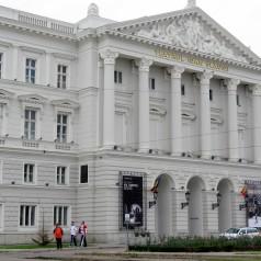 """Teatrul Clasic """"Ioan Slavici"""" din Arad funcţionează într-una dintre cele mai impresionante clădiri ale oraşului"""